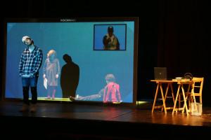 lo spettacolo è iniziato, ecco a voi Ago (Francesco Mistichelli), la mamma di Ago (Paola Camposarcone) e Ciccio (Matteo Francomano). E quello nel riquadro? E' Mr. Foodball !!